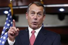 """Presidente republicano da Câmara dos Deputados, John Boehner, fala com reporteres no Capitólio, em Washington. O primeiro movimento real nas negociações sobre o """"abismo fiscal"""" nos Estados Unidos começou no domingo, quando Boehner se aproximou ligeiramente das exigências do presidente Barack Obama. 13/12/2012 REUTERS/Kevin Lamarque"""
