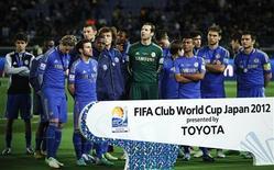 Jogadores do time britânico Chelsea recebem medalha do segundo lugar após derrota para o Corinthians no Mundial de Clubes da Fifa, em Yokohama. 16/12/2012 REUTERS/Yuya Shino