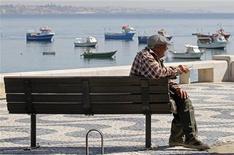 La Comisión Europea va a proponer más advertencias sobre la salud en los paquetes de cigarrillos y la prohibición total de sabores como el mentol, según una revisión del borrador de la legislación de la UE visto por Reuters el lunes. En la imagen, un pescador jubilado fuma frente a la bahía de Cascais el 13 de marzo de 2012. REUTERS/Jose Manuel Ribeiro
