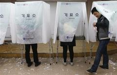 "Young South Korean's cast their absentee ballot at a polling station in a Goshichon, which means ""exam village"" in Korean, in Seoul December 13, 2012. REUTERS/Lee Jae-Won"