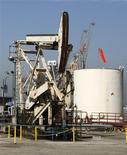 Нефтяная вышка в порту Лонг-Бич, Калифорния, 19 июня 2008 года. Нефть Brent превысила $108 за баррель во вторник в надежде на восстановление спроса, так как США немного продвинулись в переговорах о предотвращении бюджетного кризиса, который может довести страну до рецессии. REUTERS/Fred Prouser