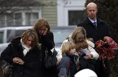Los colegios de Newtown, que han permanecido vacíos desde el tiroteo que se cobró la vida de 26 personas, volverán a escuchar las voces de estudiantes y profesores el martes a medida que la bucólica localidad del estado de Connecticut, en Estados Unidos, trata de recuperar la normalidad. En la imagen del 17 de diciembre se puede ver a unas personas saliendo del funeral por Jack Pinto, de seis años, uno de los 20 niños muertos el 14 de diciembre en el colegio Sandy Hook de Newtown. REUTERS/Mike Segar