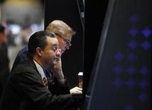 Traders a lavoro durante una seduta di borsa. REUTERS/Brendan McDermid
