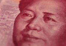 Купюра номиналом 100 юаней в Пекине 9 декабря 2010 года. Нынешняя монетарная политика Китая соответствует обстановке, считают банкиры страны, но все большее их количество ждет дальнейшего смягчения для поддержки экономики, показало ежеквартальное исследование Банка Китая. REUTERS/Petar Kujundzic