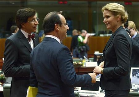France's President Francois Hollande talks Belgium's Prime Minister Elio Di Rupo (L) and Denmark's Prime Minister Helle Thorning Schmidt (R) during a European Union leaders summit in Brussels December 14, 2012. REUTERS/Eric Vidal