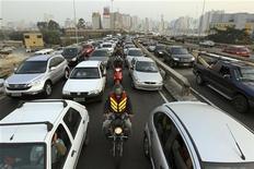 Motocicleta passa por entre os carros, em São Paulo. As vendas de automóveis, comerciais leves, caminhões e ônibus novos no Brasil em dezembro até o dia 17 somaram 190.706 unidades, um avanço de 21,8 por cento em relação ao mesmo período de novembro. 06/09/2012 REUTERS/Paulo Whitaker