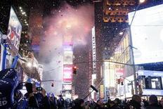 A menos de dos semanas para el final de 2012, la mitad de la población mundial cree que la economía mejorará en 2013 y muchos planean recibir el Año Nuevo con la familia y amigos, así como mejorar sus finanzas y la salud, indico un nuevo sondeo. En la imagen, gente reunida en la Times Square, en Nueva York, para celebrar el Año Nuevo en la medianoche del 31 de diciembre de 2012. REUTERS/Kena Betancur