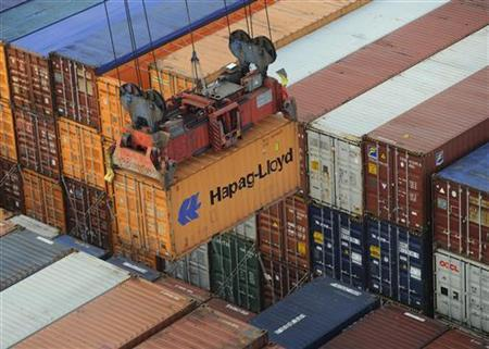 A Hapag-Lloyd container is loaded from a containership at the terminal Altenwerder in the harbour in Hamburg, on October 25, 2011. Picture taken October 25. REUTERS/Fabian Bimmer (GERMANY - Tags: BUSINESS)