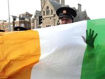 Irlanda aprobará leyes que permiten un acceso limitado al aborto, dijo el martes el Gobierno, tras la muerte de una mujer a la que se negó la interrupción del embarazo en el único país miembro de la UE que prohíbe dicho procedimiento. En esta imagen de archivo, un policía irlandés tras una bandera irlandesa durante una visita de la reuna de Inglaterra, Isabel II, en Dublín, el 18 de mayo de 2011. REUTERS/David Moir