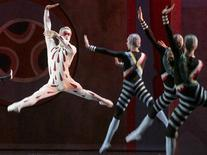 """Ballet dancers perform during the premiere of a new production of the Russian composer Sergei Prokoviev's """"Metaphysics"""" in the Mariinsky Theatre in St. Petersburg November 15, 2006. REUTERS/Alexander Demianchuk"""