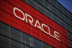 """Les résultats d'Oracle sont légèrement supérieurs aux attentes au titre du deuxième trimestre clos le 30 novembre. Les ventes de nouveaux logiciels et les abonnements à des produits """"cloud"""" ont augmenté de 17% à 2,4 milliards de dollars (1,8 milliard d'euros), selon Oracle. /Photo d'archives/REUTERS/Stephen Lam"""