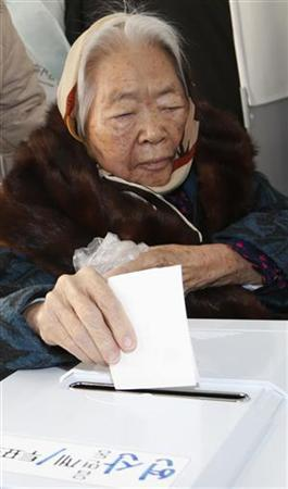 A woman casts her ballot in the presidential election at a polling station in Nonsan, about 190 km (118 miles) south of Seoul, December 19, 2012. More than 40 million people are eligible to vote in the presidential election of the country on Wednesday to elect a winner who will take office in February for the mandatory five year single term. REUTERS/Lee Jae-Won (SOUTH KOREA - Tags: POLITICS ELECTIONS)