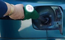Водитель заправляет автомобиль на АЗС в Страсбурге 27 августа 2012 года. Цены на Brent находятся вблизи $109 за баррель, последовав за ралли других рисковых активов на фоне ожиданий разрешения бюджетного кризиса в США, грозящего погрузить крупнейшего в мире потребителя нефти в рецессию. REUTERS/Vincent Kessler