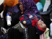 Una donna africana residente in Italia con suo figlio. REUTERS/Darrin Zammit Lupi