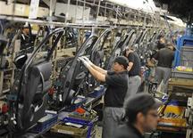 Dans l'usine britannique Nissan de Sunderland. Nissan investira environ 250 millions de livres (307 millions d'euros) dans la construction à partir de 2015 d'un nouveau modèle de sa marque de luxe Infiniti dans le nord-est de l'Angleterre, créant ainsi un millier d'emplois. /Photo d'archives/REUTERS/Nigel Roddis