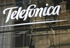 Telefónica, el segundo operador de televisión de pago en España, recortó el miércoles los precios de su oferta televisiva entre un 13 por ciento para los canales de deportes y un 50 por ciento en ofertas para hoteles y bares. En la imagen, de 3 de diciembre, el logo de Telefónica en Madrid. REUTERS/Andrea Comas