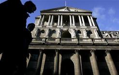 City workers walk past the Bank of England in central London November 9, 2007. REUTERS/Alessia Pierdomenico