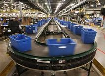 """La agencia de calificación de riesgo Fitch advirtió el miércoles de que existe una mayor probabilidad de que Estados Unidos pierda su nota """"AAA"""" si Washington no logra un acuerdo político que impida el """"precipicio fiscal"""", la entrada en vigor en 2013 de recortes de gastos y aumentos de impuestos por 600.000 millones de dólares. En la imagen del 6 de diciembre se pueden ver unos recipientes con órdenes de clientes en el centro de pedidos de Macy's-Bloomingdale en Martinsburg, Virginia Occidental. REUTERS/Gary Cameron"""