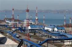 Нефтяной терминал в порту Козьмино 22 октября 2009 года. Российская трубопроводная монополия Транснефть видит рост добычи на Ванкорском месторождении Роснефти в 2012 и 2013 годах, нефть которого она экспортирует по системе ВСТО. REUTERS/Yuri Maltsev