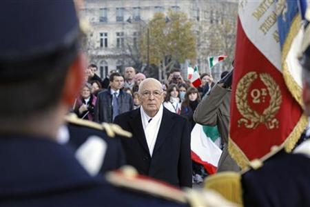Italian President Giorgio Napolitano pays tribute to the French flag during a ceremony at the Arc de Triomphe in Paris, November 22, 2012. Italian President Napolitano is on a two-day state visit in France. REUTERS/Remy de la Mauviniere/Pool (FRANCE - Tags: POLITICS)