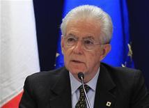 Il presidente del Consiglio Mario Monti durante una conferenza stampa. REUTERS/Yves Herman