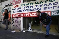Paralisação foi convocada por sindicato que representa quase meio milhão de funcionários públicos da Grécia. 19/12/2012 REUTERS/Yorgos Karahalis