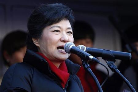 12月19日、韓国大統領選挙の出口調査によると、得票率予想は与党セヌリ党の朴槿恵候補(写真)が50.1%、民主統合党の文在寅候補が48.9%となっている。18日撮影(2012年 ロイター/Kim Hong-Ji)