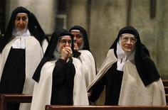Suore assistono a una messa. REUTERS/Giampiero Sposito