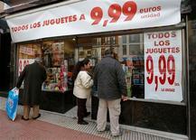 La Navidad se presenta sombría este año en el sur de Europa, la zona más golpeada por la crisis de deuda de la eurozona, donde muchas familias luchan por ofrecer aunque sea una pequeña celebración a sus hijos. En la imagen, clientes ante una tienda de juguetes que vende todo por 9,99 euros en Madrid, el 17 de diciembre de 2012. REUTERS/Andrea Comas