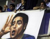 El nuevo técnico de Boca Juniors, Carlos Bianchi, ha abierto la puerta al regreso del mediapunta argentino Juan Román Riquelme, que abandonó el club en julio. En la imagen de archivo, una pancarta con la cara de Riquelme en la Bombonera. REUTERS/Marcos Brindicci