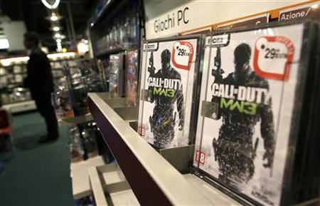12月19日、米コネティカット州の小学校で発生した銃乱射事件を受けて、ビデオゲーム業界にも厳しい目が注がれている。写真はアダム・ランザ容疑者が遊んでいたと一部で報道された人気ゲーム「Call of Duty」。ローマの店頭で10月撮影(2012年 ロイター/Tony Gentile)