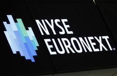 Логотип NYSE Euronext на Нью-Йоркской фондовой бирже 14 мая 2012 года. IntercontinentalExchange Inc ведет переговоры о покупке NYSE Euronext, оператора Нью-йоркской фондовой биржи, сообщил источник Рейтер. REUTERS/Brendan McDermid