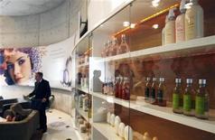 Produtos de beleza são expostos na entrada da fábrica de cosméticos da Natura, em Cajamar, São Paulo, em setembro de 2009. A maior fabricante de cosméticos do Brasil, Natura, anunciou nesta quinta-feira que acertou acordo para comprar 65 por cento da australiana Emeis Holdings, dona da marca Aesop, por 68,25 milhões de dólares australianos (71,59 milhões de dólares). 01/09/2009 REUTERS/Paulo Whitaker