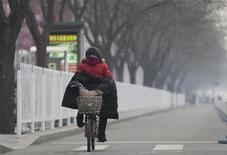 El desempeño económico de China en 2013 necesita de políticas a favor del crecimiento y una agilización de las reformas que permitan impulsar la demanda interna en un contexto de incertidumbre global, dijo el jueves un economista de un centro de estudios gubernamental. En la imagen, una mujer en bicicleta en el centro de Pekín el 19 de diciembre de 2012. REUTERS/Jason Lee