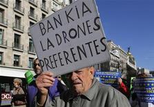 El Banco de España dijo el jueves que los tenedores de preferentes y de deuda subordinada perpetua de los bancos del conocido como grupo dos recibirán entre un 30 y el 75 por ciento del valor nominal de su inversión. En la imagen, un hombre con preferentes en Bankia protesta en Madrid el 1 de diciembre de 2012. REUTERS/Andrea Comas