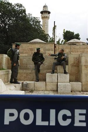 Israeli border policemen chat behind a police barrier during Friday prayers in Jerusalem's Old City December 14, 2012. REUTERS/Amir Cohen (JERUSALEM - Tags: RELIGION MILITARY)