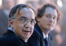 L'amministratore delegato di Fiat Sergio Marchionne in primo piano, accanto al presidente dell'azienda John Elkann, lo scorso 29 settembre a Parigi. REUTERS/Jacky Naegelen
