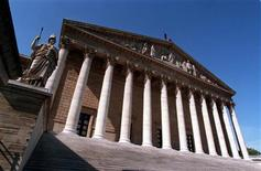 Le Parlement français a définitivement adopté le projet de loi de finances (PLF) pour 2013, l'Assemblée nationale ayant procédé à sa lecture définitive après le rejet du texte par le Sénat grâce à l'abstention des élus du Front de gauche, les députés ayant constitutionnellement le dernier mot. Le déficit, qui était de 61,635 milliards d'euros dans le texte initial, s'établit à 61,237 milliards, soit une réduction de 398 millions d'euros et repose sur une hypothèse de croissance de 0,8% en 2013. /Photo d'archives/REUTERS