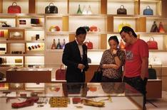 Les fabricants de produits de luxe ne seront pas totalement épargnés par la crise économique mondiale en 2013, contrairement aux deux années précédentes, mais leur potentiel de croissance reste important, selon une étude sur le secteur publiée par l'agence de notation Standard & Poor's. /Photo prise le 7 septembre 2012/REUTERS/Carlos Barria