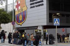 La operación en la glándula parótida del técnico del Barcelona, Tito Vilanova, fue según lo previsto el jueves, según dijo el club, mientras que Jordi Roura dirigió de forma provisional la primera sesión de entrenamiento en ausencia del primer entrenador. En la imagen, varios periodistas esperan a las puertas de la Ciudad Deportiva del Barcelona el 19 d diciembre de 2012. REUTERS/Gustau Nacarino