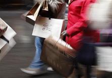 La confiance du consommateur dans la zone euro s'est légèrement améliorée en décembre, selon la première estimation publiée par la Commission européenne. /Photo d'archives/REUTERS/Alessia Pierdomenico
