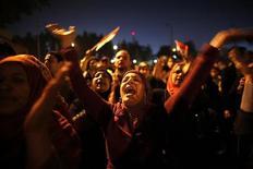 Manifestantes contra o presidente egípcio Mohamed Mursi gritam em manifestação em frente ao Palácio Presidencial, no Cairo. A oposição egípcia pediu a seus seguidores que rejeitem a nova Constituição nacional no referendo do próximo fim de semana, e prometeu que, na provável eventualidade de uma derrota, irá lutar para emendá-la durante eleições programadas para 2013. 18/12/2012 REUTERS/Khaled Abdullah