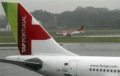 L'Etat portugais a annoncé jeudi le report de la privatisation de la compagnie aérienne TAP, car la seule offre d'achat, proposée par Synergy Aerospace - propriété de l'homme d'affaires colombo-brésilien German Efromovich - ne répond pas aux exigences. /Photo prise le 19 décembre 2012/REUTERS/Paulo Whitaker