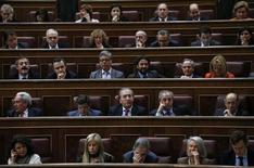 Députés du Parlement espagnol lors du vote du budget 2013. Le Parlement espagnol a formellement approuvé jeudi le budget 2013, qui vise à ramener le déficit public du pays à 4,5% du PIB contre 6,3% cette année. /Photo prise le 20 décembre 2012/REUTERS/Juan Medina