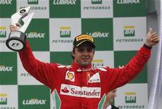 O piloto de Fórmula Um Felipe Massa comemora seu terceiro lugar no pódio no Circuito de Interlagos, em São Paulo. A Ferrari agiu corretamente ao renovar o contrato com o piloto Felipe Massa para 2013, embora ele tenha dado a impressão de ter passado a primeira parte deste ano de férias, disse na quinta-feira o presidente da equipe italiana, Luca di Montezemolo. 25/11/2012 REUTERS/Paulo Whitaker