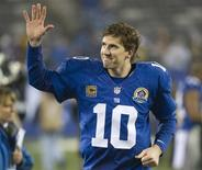 New York Giants quarterback Eli Manning waves as he runs off the field after they beat the New Orleans Saints in their NFL football game in East Rutherford, New Jersey, December 9, 2012. REUTERS/Ray Stubblebine