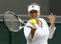 La Russe Vera Zvonareva a déclaré forfait pour l'Open d'Australie, qui aura lieu du 14 au 27 janvier, en raison d'une blessure à l'épaule droite. /Photo prise le 25 juin 2012/REUTERS/Suzanne Plunkett