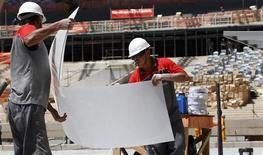 Operários trabalham na reforma do estádio Mineirão, um dos locais que vai sediar jogos da Copa do Mundo de 2014, em Belo Horizonte. O desemprego brasileiro caiu para 4,9 por cento em novembro, ante 5,3 por cento em outubro, informou o Instituto Brasileiro de Geografia e Estatística (IBGE). 16/10/2012 REUTERS/Washington Alves