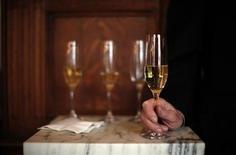 La crise européenne aura eu raison des ventes de champagne, qui devraient reculer en volume en 2012 même si les exportations vers les Etats-Unis. L'appétit des marchés émergents pour les vins haut de gamme devraient permettre malgré tout au secteur de maintenir son chiffre d'affaires. /Photo d'archives/REUTERS/Eric Thayer