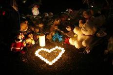Muchos estadounidenses recordarán el viernes a las víctimas de la masacre en la escuela de Newtown, en Connecticut, con un minuto de silencio, poco antes de que un fuerte grupo de presión por los derechos de tenencia y uso de armas de Estados Unidos se sumerja en el debate sobre el control de armas en el país. En la imagen, velas y peluches en un homenaje a las víctimas en Newtown, Connecticut, el 20 de diciembre de 2012. REUTERS/Eric Thayer